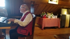 Jouko Piitulainen säestää yhteislauluja päiväjuhlassamme
