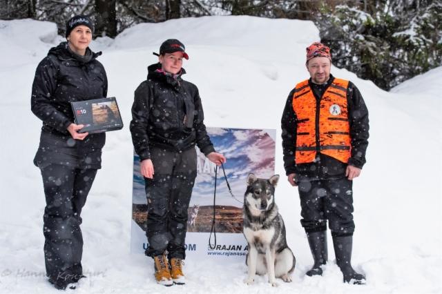 R10-tutka arvottiin kaikkien näyttelyyn ilmoittautuneiden koirien kesken. Tutkan voitti Karhupetäjän Jäntä om. Jenna Vitikka.