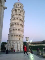 Pisan kaltevaa tornia ihmettelemässä