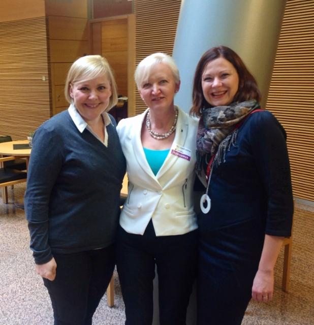 Pikkuparlamentissa puoluevaltuuston kokous ja puoluesihteerit Taru Tujunen ja Minna Arve.