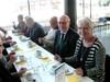 Seppo, Heikki, Veikko ja Marita kahvipöydässä