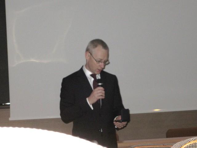 Seppo Soratie ojensi mitalin paikalla olleelle Suomi-yhtiön toimitusjohtajalle Jari Sokalle sotaveteraanikillan tukemisesta