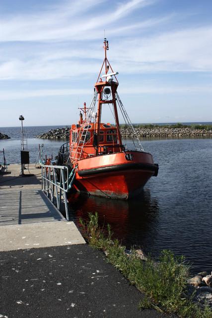 ..punainen laiva ankkurissa..