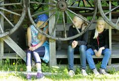 Kärrynpyörien takana kolme nättiä tyttöä