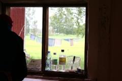 Ikkunalaudalla pulloja.