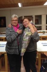 liisa_eklund_voitti_kukkapaketin_kirjoittajapiirissa_28.11.-16_puheenjohtaja_maija_ahola_onnittelee