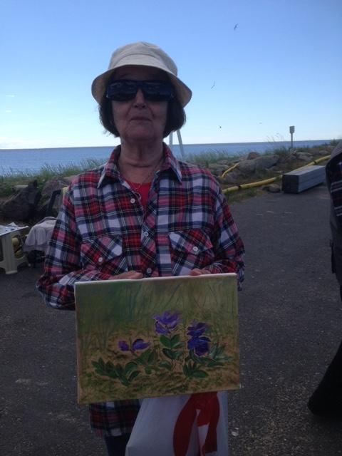 Pirkko Tuunainen ja rannan kukat