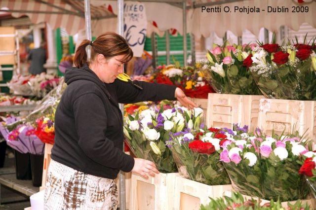 kukkakauppias myyntikojulla
