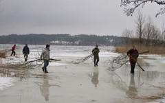 Vähän kerrallaan puutavara siirtyy rantaan