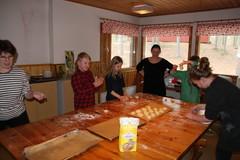 Eulalia opastaa paastopullien leipomista.