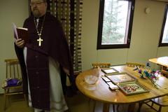 Isä Johannes siunasi leirille tuotuja ikoneja.