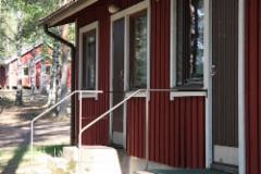 Päärakennuksen majoitustiljen sisäänkäynnit