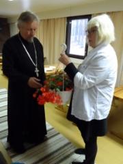 KIITOS! Isä Leo Tuuttia kiittämässä Puroniemen ystävät ry:n puheenjohtaja Mirja Mäkinen