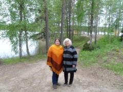 Mirja ja Milla matkalla tsasounaan.