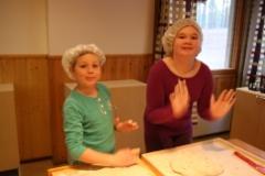 Arto ja Anni jaksoivat vielä leipoa.