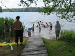 Lapset uimassa Puroniemen rannassa