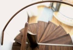 Kiertyvät portaat lasikaiteilla