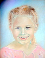 Tyttö vaaleanpunaisessa puserossa