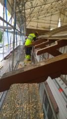 Räystäänkannattimien restaurointityö meneillään.