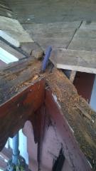 Osa räystään kannattimien vaurioista selvisi vasta yläpuolisten rakenteiden purkamisen jälkeen.