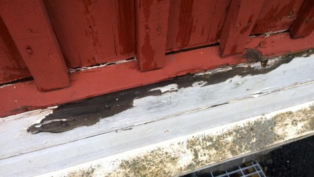 Helmalaudat olivat vaurioituneet takapuolelta liian tiiviin maalikerroksen takia.