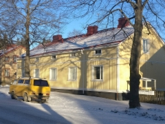Kaupinkatu 5, Tampere. Julkisivun saneeraus vuonna 2016. Vanhojen laudoituksien, lippojen ja syöksytorvien purku ja uudelleen rakennus ja maalaus 1930-luvun tyyliin. Myös hirsien lahokorjaukset.