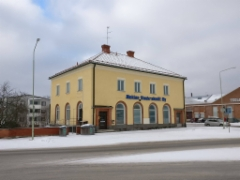 Nokian vuokrakotien talon julkisivun ehostus vuonna 2009. Kuva 2/2017.  Mm. julkisivun rappauskorjaukset, kalkkimaalaus, katon pesu ja pinnoitus.
