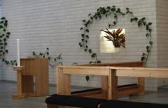 kirkko alttarikaide ja kastemalja