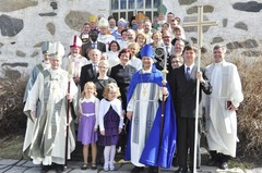 uusi_piispa_tuomiokirkon_portailla