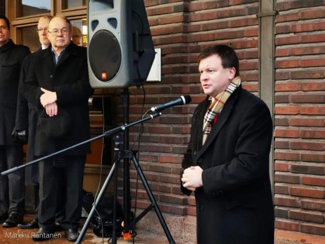 Ville Skinnari puhumassa Jouko Skinnarin muistoreliefin paljastustilaisuudessa, Lahdessa.