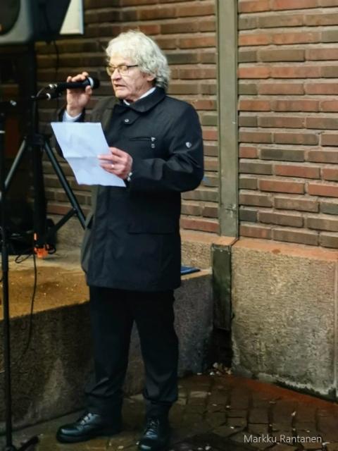 Kuvanveistäjä Reijo Huttu puhumassa.
