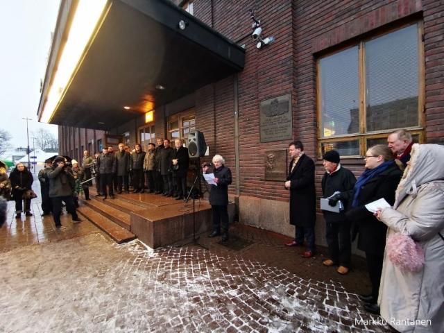 Kuvanveistaja Reijo Huttu puhuu Jouko Skinnarin muistoreliefin paljastuksessa.