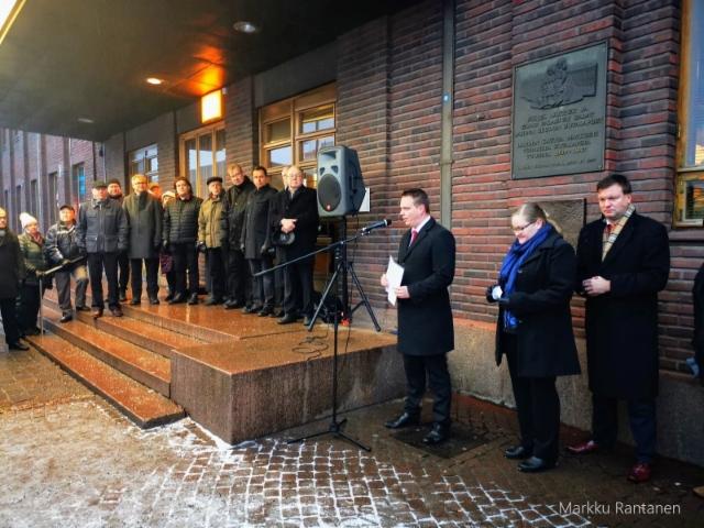 Jouko Skinnarin muistoreliefi paljastettu Lahden rautatieasemalla.