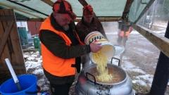Lisätään perunat keittoon ja annetaan kiehua, Kauhan varressa Chef Arto ja apukauhana Henkka
