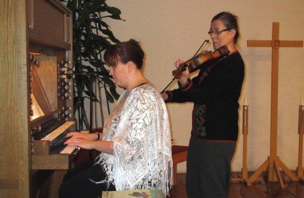 Sari Valli toimi urkurina ja Kaarina Peltonen säesti.