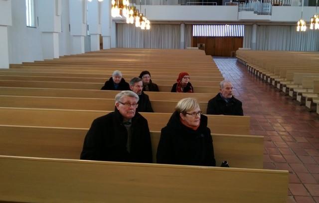 Kirkossa kuunneltiin tarkasti opastusta