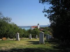 Luostarikirkko näkyy kauas