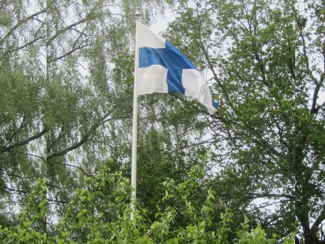 Avaukseksi lippu nousee