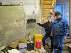 Antti ja Matti tarkastaa uunin kuntoa