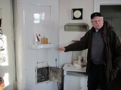 Rakennustarkastaja antaa uunin hoito-ohjeita