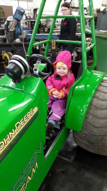 Minttu tykästy Green teamin mini traktoriin