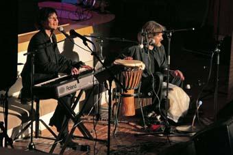 """Duetto Nina Åström ja Kaarle Mannila tulkitsemassa laulua """"I Got a Friend in Jesus""""."""