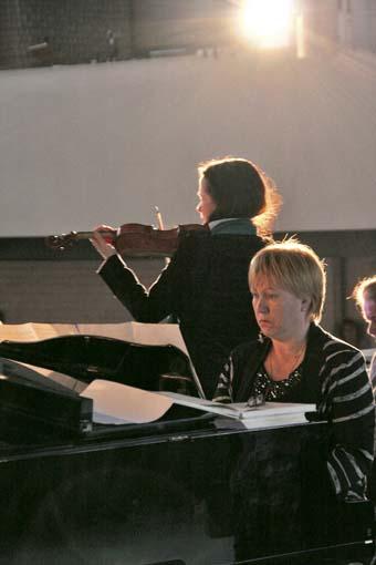 """Useimmissa rukousilloissa esiintyvä viulisti Maarit Rajamäki yhdessä pianisti Natalia Lehtisen kanssa: """"Massenet Meditation""""."""