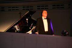 Huippupianisti Risto Lauriala, tunnettu väkevistä Bach tulkinnoistaan.