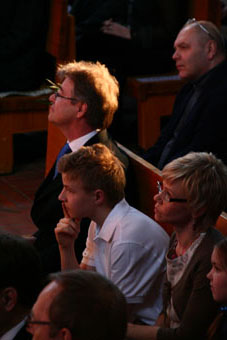 Seppo, Tuomo ja Marja juhlakonserttia kuuntelemassa.