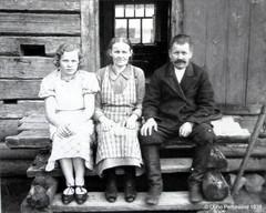 Lyydia Mononen (o.s. Varkoi), Anastasia Varkoi ja tämän mies (nimi ei muistu mieleen).