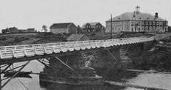 Tulemajoen silta. Taustalla suojeluskuntatalo.