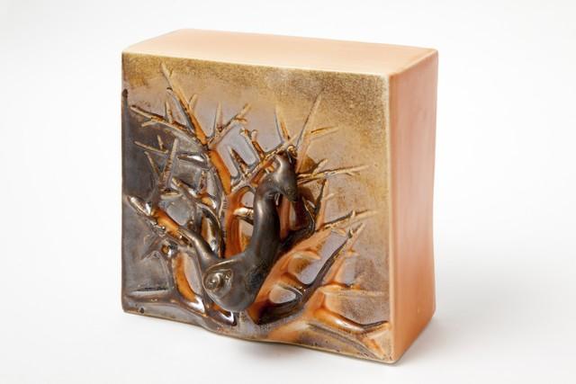 Pronssi lintu laskeutui puuhuni-reliefi | Bronze bird enlanded on my tree relief | posliini | 2013