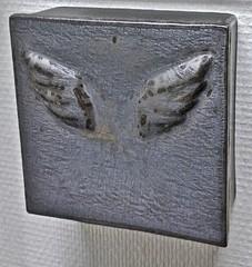 Pronssi Siivet | Bronze Wings | reliefi | relief | posliini | porcelain | 2013 |