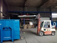 Teollisuushallin siivous romuista
